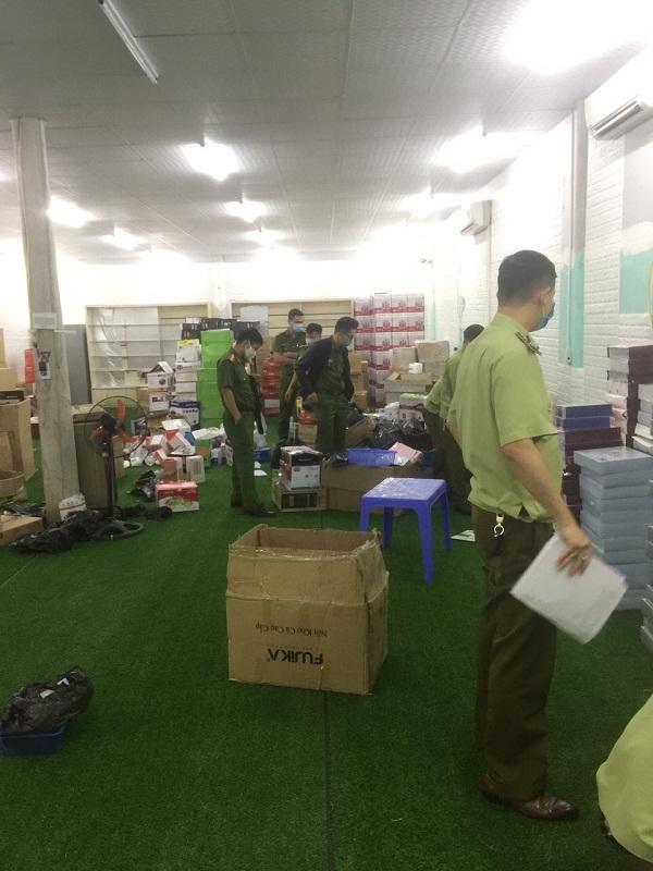 Lực lượng chức năng tiến hành khám nơi cất giấu kho chứa hàng hóa của ông Phùng Văn thảo xã Cự Thắng, huyện Thanh Sơn