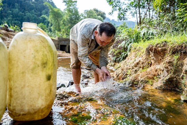 Người dân xã Lâm Đớt chủ yếu dùng nước ao , suối