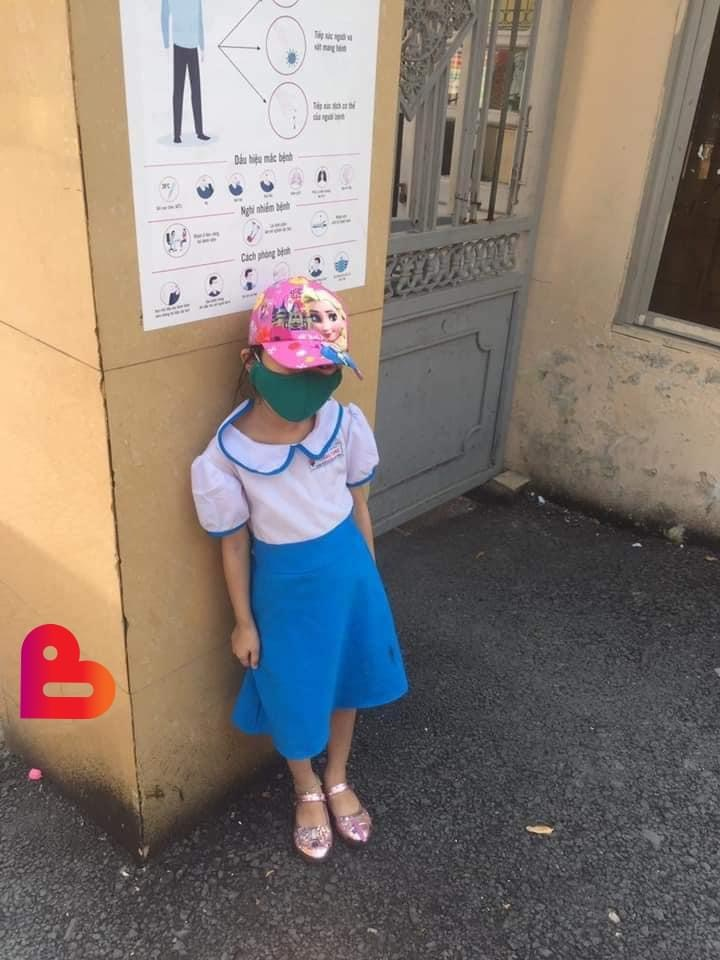 Hình ảnh một bé gái 6 tuổi đứng ở cổng trường giữa trưa nắng đợi đến giờ mới dám vào khiến ai mà không thương xót