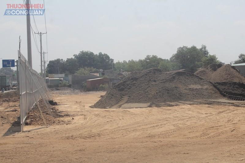 """Bãi tập kết cát hoạt động """"bầy hầy"""" tại ấp ấp Tân Cang (phường Phước Tân, Biên Hòa, Đồng Nai)"""