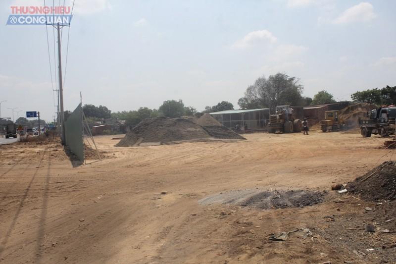 Bãi cát trái phép nằm ngay tuyến đường Võ Nguyên Giáp, nơi tấp nập xe cộ, người đi lại.