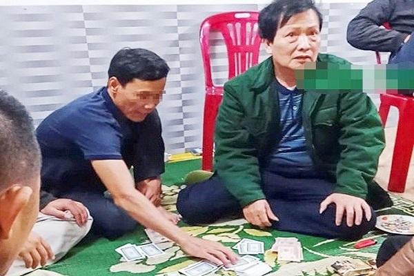 Hình ảnh ông Phạm Đại Dũng (áo xanh) đang ngồi trên chiếu bạc
