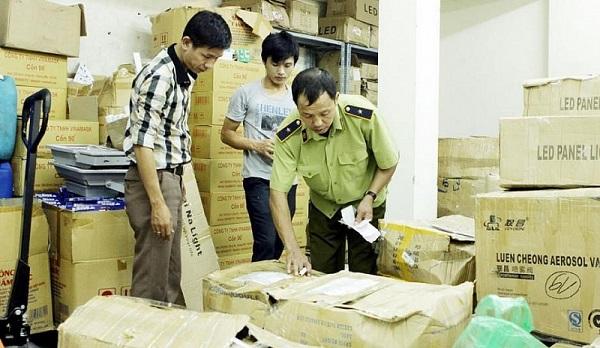 Lực lượng chức năng kiểm tra cơ sở kinh doanh khẩu trang