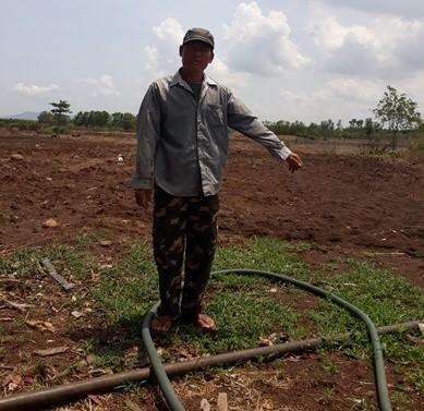 Ông Đào Văn Đà chỉ vị trí đất mà đơn vị thi công tự ý san ủi trái phép khi chưa bồi thường cho ông tiền đất và hoa màu (Ảnh: PV)