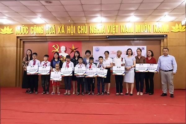 Các phần quà là sự động viên to lớn mà Tập đoàn CEO đã dành cho các em học sinh kém may mắn của huyện Vân Đồn