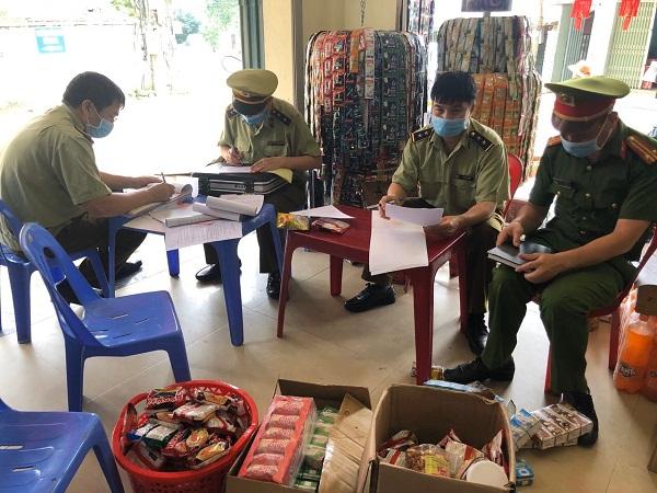 Lực lượng QLTT số 4 Lạng Sơn lập biên bản vi phạm