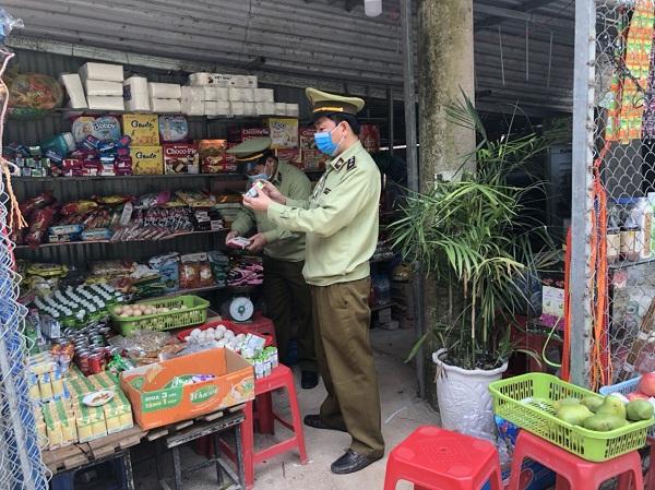 Đội QLTT số 4 Lạng Sơn kiểm tra cơ sở kinh doanh