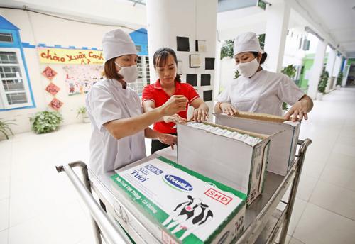 Công tác vận chuyển và cấp phát sữa cho trẻ em được tiến hành cẩn trọng, tuân thủ các qui định phòng chống dịch nhằm đảm bảo an toàn, sức khỏe cho các em học sinh.