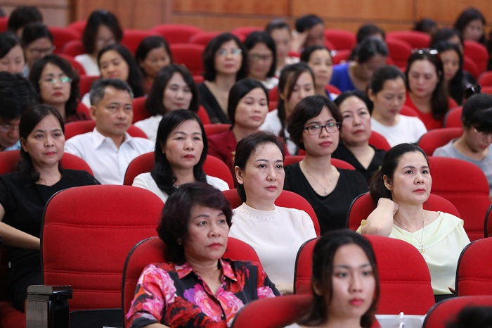 Đông đảo giáo viên và cán bộ giáo dục đến tham dự chương trình Hội nghị.