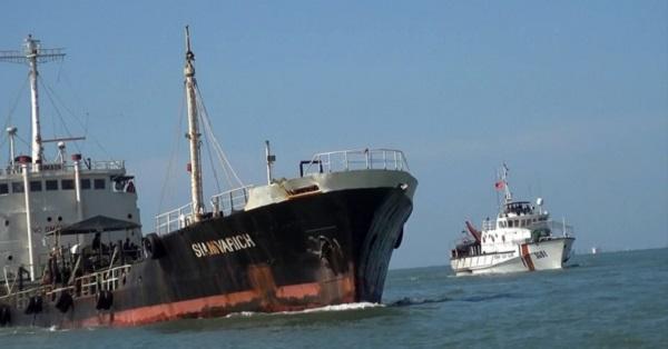 Tàu cảnh sát biển chặn để dừng tàu Siam Varich để kiểm tra (Ảnh: tuoitre.vn)