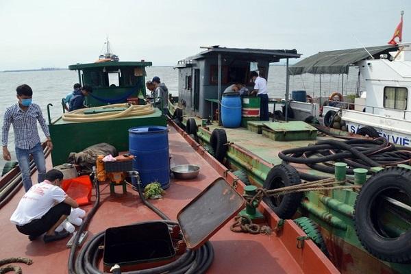 Bắt giữ tàu sang mạn trái phép trên vùng biển Hải Phòng