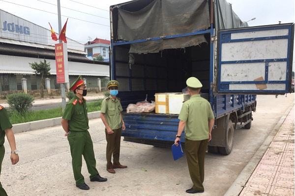 Lực lượng chức năng kiểm tra xe hàng hóa vi phạm