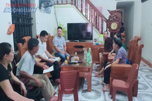 Cụ Nguyễn Thị Kỳ (ngoài cùng bên phải) khẳng định việc mua bán mảnh đất trên đã hoàn tất, việc ông Nho, bà Định nói cho ông Thắng mượn đất là nói dối, không đúng sự thật
