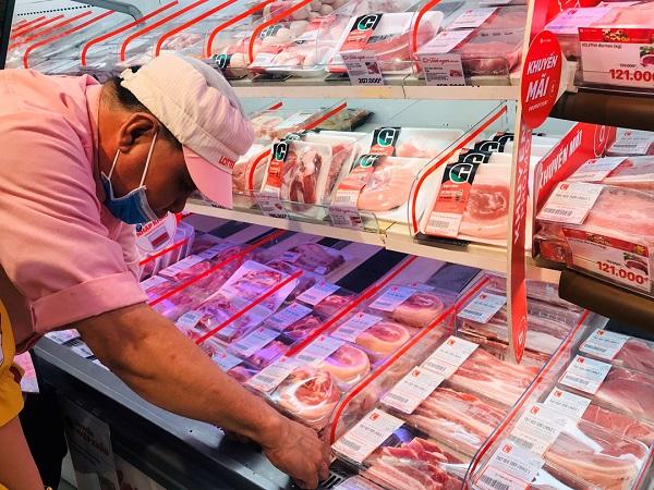 Siêu thị tăng cường khuyến mãi thịt lợn nhập khẩu thu hút người tiêu dùng