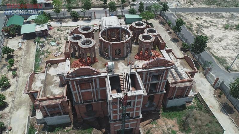 Phần trên biệt thự được chủ đầu tư cho xây dựng nhiều hình phễu có kiến trúc rất lạ lẫm
