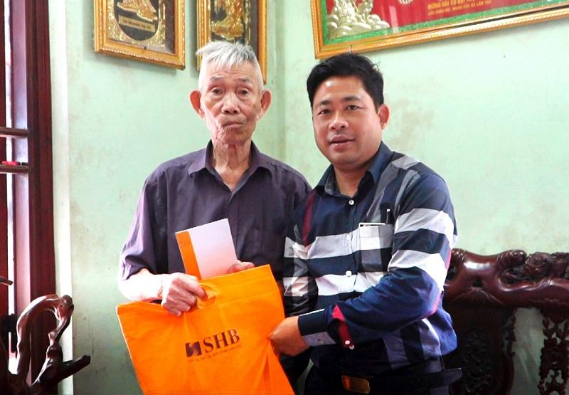 Đại diện Tập đoàn T&T Group tặng quà hỗ trợ cụ Nguyễn Đình Oa