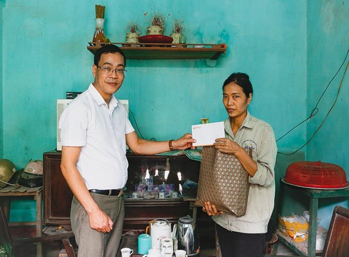 Chị Đỗ Thị Núi nhận quà hỗ trợ của đại diện lãnh đạo Tập đoàn T&T Group