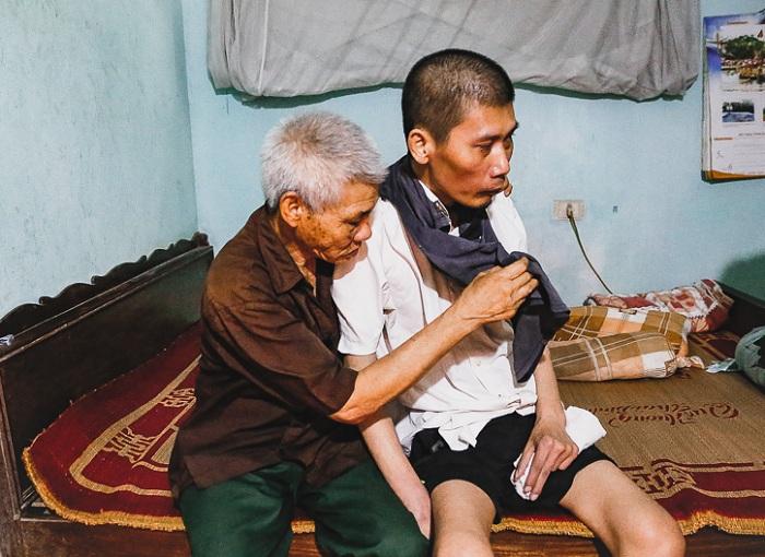 Anh Nguyễn Văn Hùng – Phường Ngọc Châu, tỉnh Hải Dương, bị liệt 5 năm nay sau khi bị tai nạn lao động