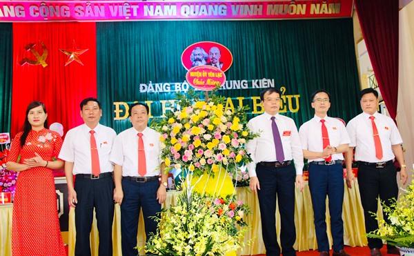 Ông Nguyễn Xuân Thông, Chủ tịch UBND huyện Yên Lạc (thứ 3 từ phải qua) tặng hoa chúc mừng Đại hội