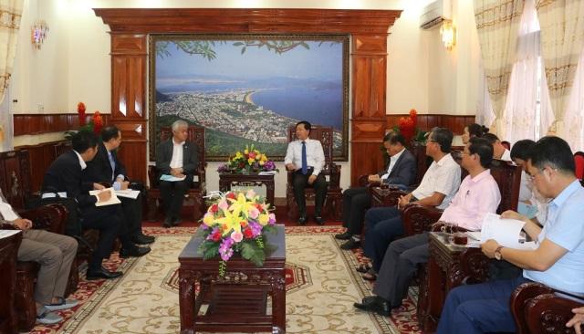Ông Hồ Quốc Dũng – Chủ tịch UBND tỉnh Bình Định (phải) làm việc với ông Kenichi Horinouchi – Tổng Giám đốc Mitsubishi Motors Vietnam (trái).
