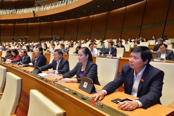Các đại biểu Quốc hội họp tập trung tại hội trường Diên Hồng, kỳ họp thứ 8, Quốc hội khoá 14 (Ảnh: Ngọc Thắng)