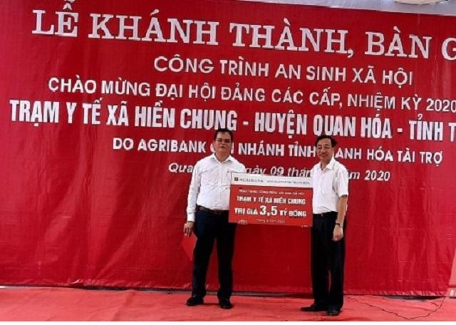 Ông Trịnh Ngọc Thanh, Giám đốc Agribank Thanh Hóa trao Biểu trưng công trình an sinh xã hội Trạm Y tế xã Hiền Chung (Thanh Hóa).