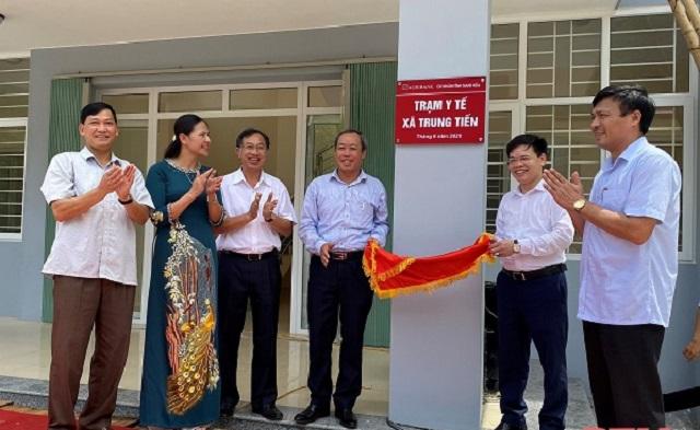 Ông Trịnh Ngọc Thanh, Giám đốc Agribank Thanh Hóa trao biểu trưng công trình Trạm Y tế xã Trung Tiến (Thanh Hóa).