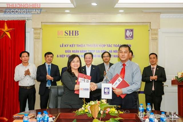 Bà Ngô Thu Hà - Phó Tổng Giám đốc SHB và ông Phạm Huy Hùng – Phó Chủ tịch Hiệp hội VINASME cùng trao bản Thỏa thuận hợp tác trước sự chứng kiến của đại diện Ban lãnh đạo 2 đơn vị.