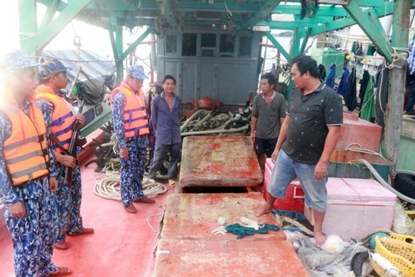 Lực lượng chức năng kiểm tra hàng hóa trên tàu vi phạm