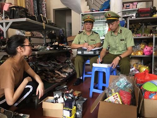 Lực lượng QLTT tỉnh Lạng Sơn tiến hành kiểm tra và lập biên bản một cửa hàng kinh doanh vi phạm về nguồn gốc xuất xứ. (Ảnh: Cục QLTT Lạng Sơn)