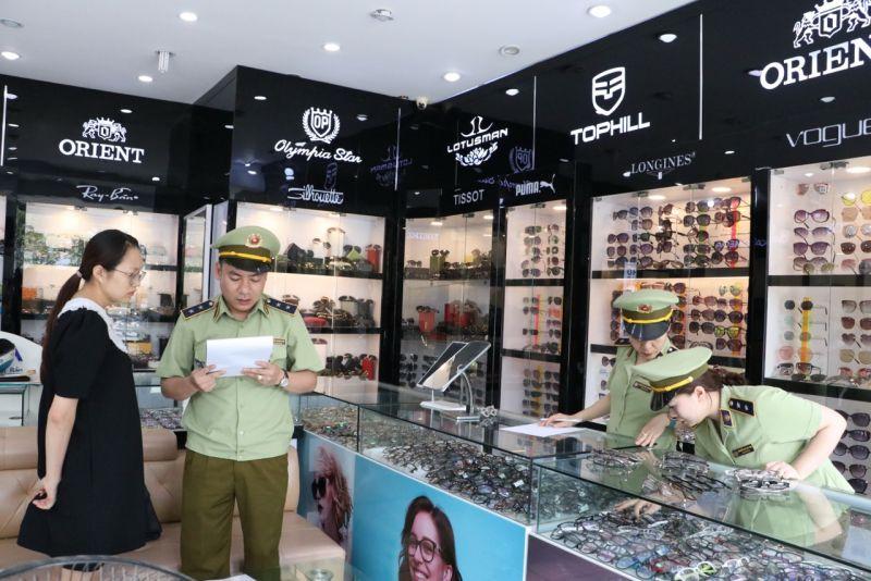 Cục QLTT Thái Nguyên tạm giữ hơn 290 túi xách, đồng hồ, kính mắt, áo, ví da dấu hiệu giả mạo nhãn hiệu khi kiểm tra một số cơ sở kinh doanh
