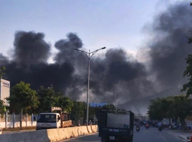 Cột khói bốc cao hàng chục mét có thể nhìn thấy từ xa