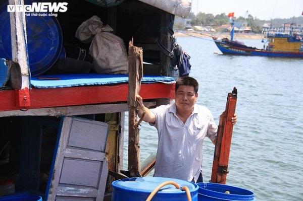 Thuyền trưởng Nguyễn Lộc và tàu cá bị Trung Quốc đâm hư hỏng vừa về tới đất liền hôm qua (12/6). (Ảnh: VTC)