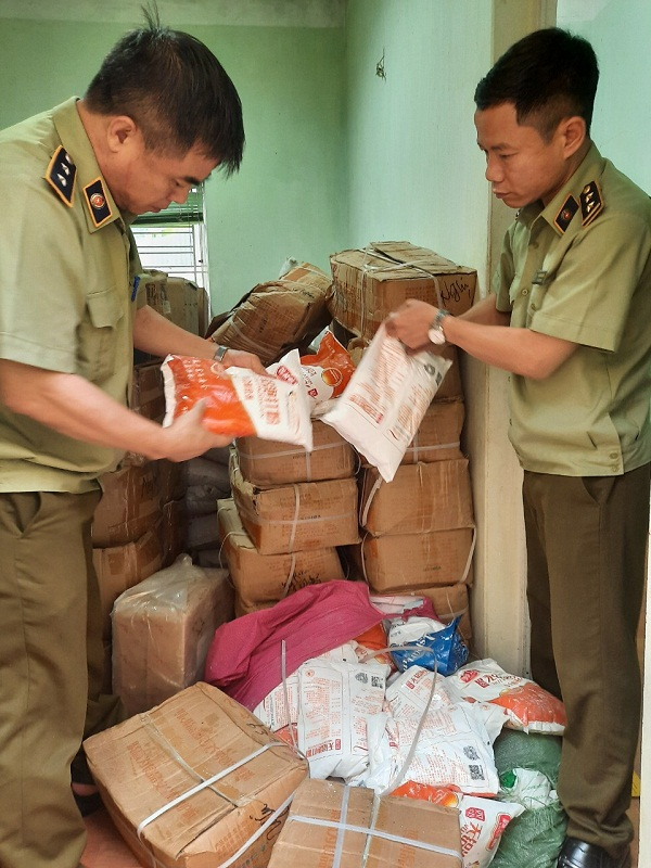 Lực lượng chức năng kiểm tra lô hàng vi phạm