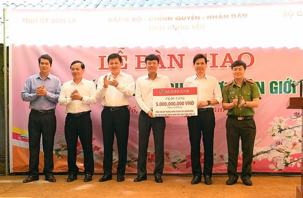Phó Tổng giám đốc Agribank Nguyễn Hải Long (thứ 3 từ phải sang) thay mặt Agribank Việt Nam trao số tiền 5 tỷ ủng hộ kinh phí xây dựng nhà ở tại huyện Vân Hồ, Sơn La