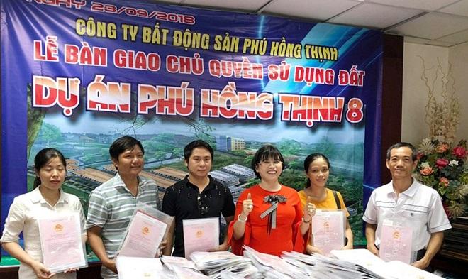 Công ty Phú Hồng Thịnh bàn giao sổ đỏ cho người dân tại dự án Phú Hồng Thịnh VIII- dự án mà sớm GĐ Sở trình, chiều đã được lãnh đạo tỉnh ký? (ảnh Internet).