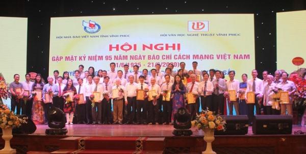 Bí thư Tỉnh ủy Vĩnh Phúc chụp ảnh cùng các nhà báo, văn nghệ sĩ tiêu biểu