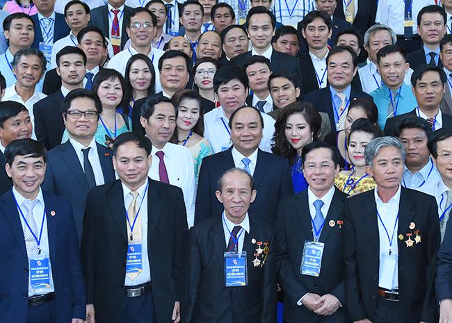 Thủ tướng Nguyễn Xuân Phúc chụp ảnh lưu niệm cùng đoàn nhà báo tham dự Chương trình Nhà báo đồng hành cùng doanh nghiệp. Ảnh: VGP/Quang Hiếu