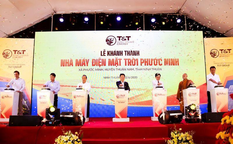 Ông Cao Quốc Hưng, Thứ trưởng Bộ Công thương (thứ ba từ trái sang) và ông Đỗ Quang Hiển, Chủ tịch HĐQT kiêm TGĐ T&T Group (áo đen) cùng các vị đại biểu thực hiện nghi lễ đóng cầu dao điện, chính thức khánh thành Nhà máy điện mặt trời Phước Ninh