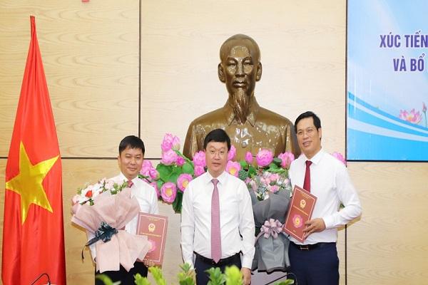 Ông Nguyễn Đức Trung, Phó Bí thư Tỉnh ủy, Chủ tịch UBND tỉnh trao quyết định bổ nhiệm Giám đốc và Phó Giám đốc Trung tâm Xúc tiến Đầu tư Thương mại và Du lịch tỉnh Nghệ An (Ảnh: Phạm Bằng, Báo Nghệ An)