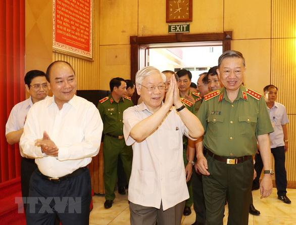 Tổng Bí thư, Chủ tịch nước Nguyễn Phú Trọng (giữa), Thủ tướng Chính phủ Nguyễn Xuân Phúc (trái) và Bộ trưởng Bộ Công an Tô Lâm đến dự hội nghị. Ảnh: TTXVN