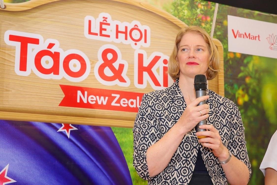 """""""Hợp tác giữa VinMart, VinMart+ và Hiệp hội doanh nghiệp New Zealand ngày hôm nay là một trong những sự kiện quan trọng giúp đưa các loại táo, kiwi vừa an toàn và ngon bổ sạch đến với người dân Việt Nam"""" - Bà Wendy Matthews cho biết."""