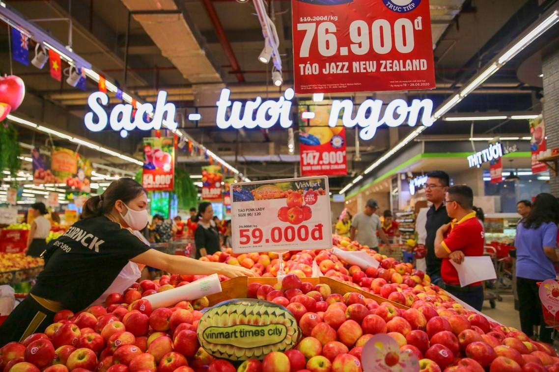 Các sản phẩm táo và Kiwi tươi ngon được VinMart/ VinMart+ bán với giá ưu đãi giảm giá từ 20% - 30%