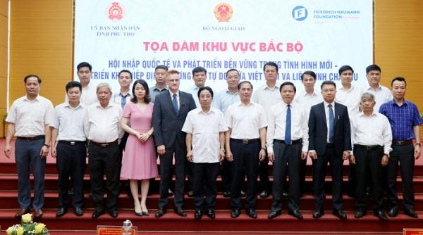 Các đại biểu tham dự chụp ảnh tại buổi Tọa đàm.