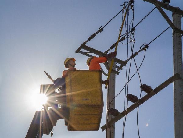 Sửa chữa điện dưới trời nắng nóng