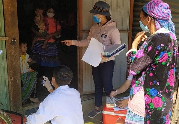 Ngành y tế khám sàng lọc tại khu vực phát hiện ổ dịch bạch hầu ở Đắk Nông. (Ảnh: D.P)