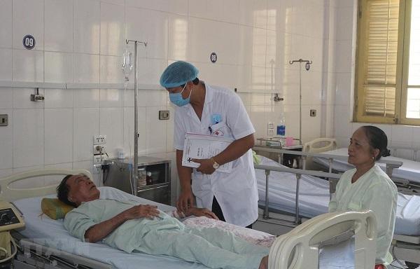 Một bệnh nhân bị sốc nhiệt đang được điều trị. (Ảnh: Nguyễn Chinh/TTXVN)