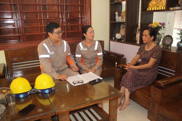Cán bộ Công ty Điện lực Quảng Ninh tuyên truyền về tiết kiệm điện cho khách hàng