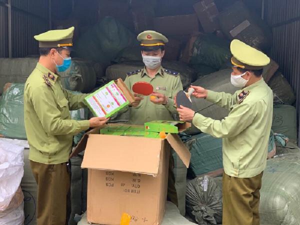 Lực lượng QLTT tỉnh Lạng Sơn tiến hành kiểm tra hàng hóa có dấu hiệu vi phạm. Ảnh: Cục QLTT Lạng Sơn