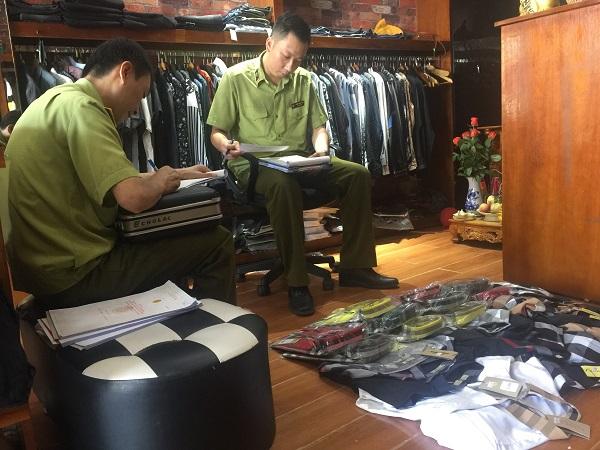 Quản lý thị trường Lạng Sơn tiến hành lập biên bản tạm giữ số quần áo có dấu hiệu vi phạm nhãn hiệu đã được bảo hộ tại Việt Nam